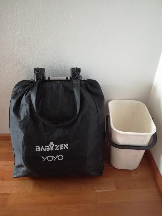 Složený cestovní kočárek, velikost příruční zavazadlo. Kýbl pro velikost srovnání :D